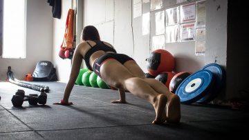 Ćwiczenia na powiększenie biustu – 6 ćwiczeń, które wykonasz w domu!